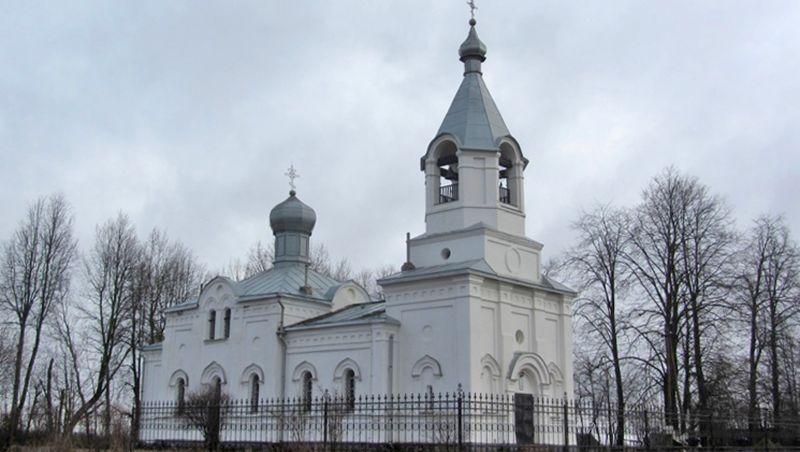Храм Покрова Богородицы хорошо виден с дороги на Санкт-Петербург