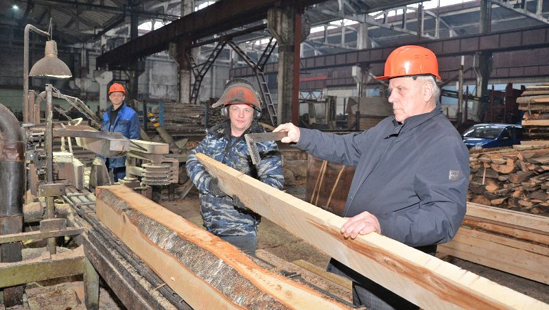 Николай Емельянов (справа) обсуждает с рабочими предприятия произведённую продукцию