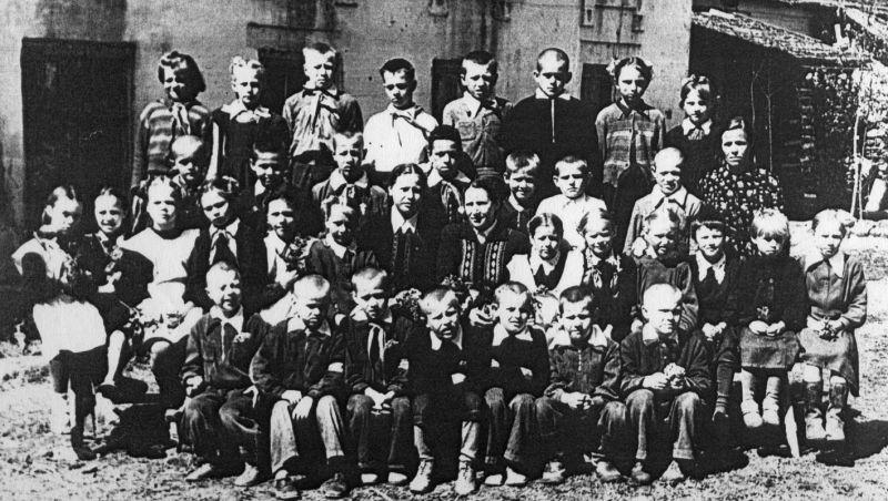 Начальная школа, расположенная в кельях Савво-Вишерского монастыря (Валентина Казанцева – в центре). 1957 год