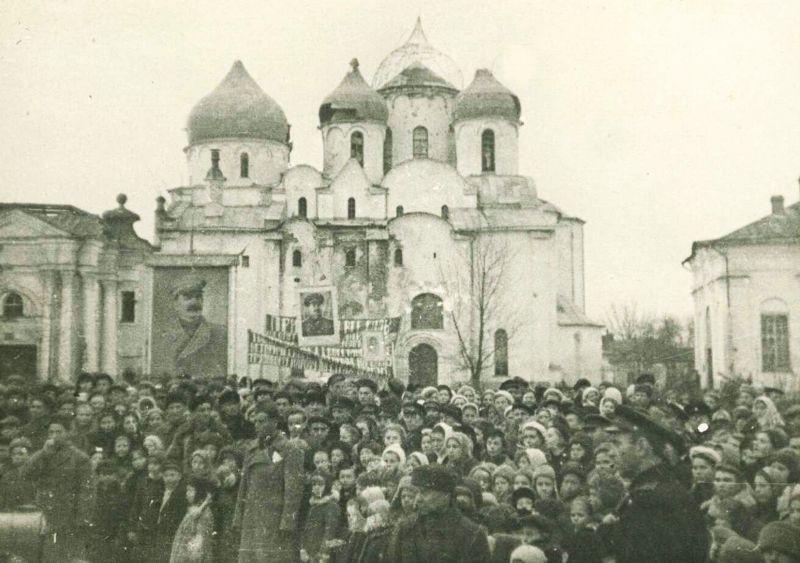Митинг на открытии восстановленного памятника 1000-летию России в Новгороде