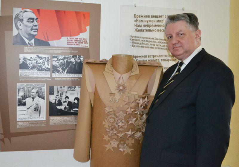 Андрей Мисько примерился к многочисленным наградам Леонида Ильича Брежнева.