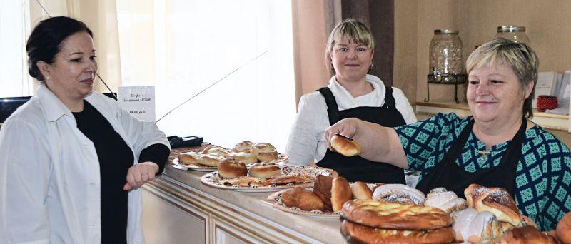 Светлана Ульянова (слева) говорит, что в общепите работают только талантливые и любящие кухню люди.