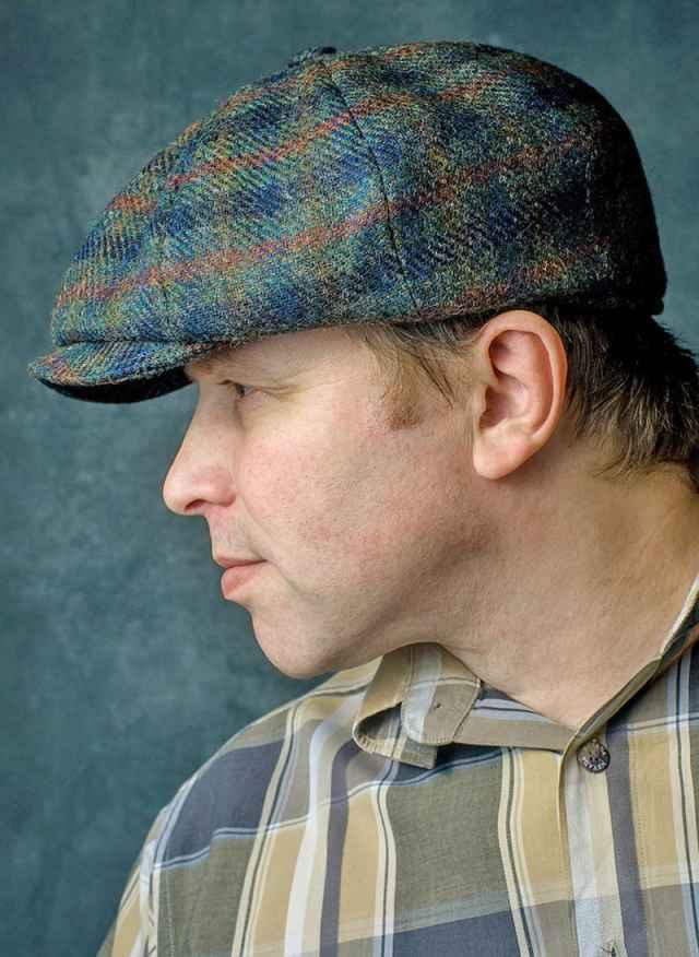 Любовь Сергея Веселова к кепкам родилась ещё в 80-х: подросток терпеть не мог «одинаковость» и знаменитое мамино: «Надень шапку». А штучные, качественные вещи — любил.