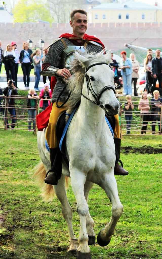 Владимир Сапожников впервые сел на лошадь 12 лет назад. С тех пор в конном строю.