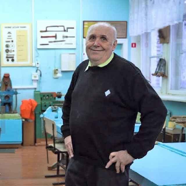 Виктор Пухликов в классе технологии Старорусской гимназии.