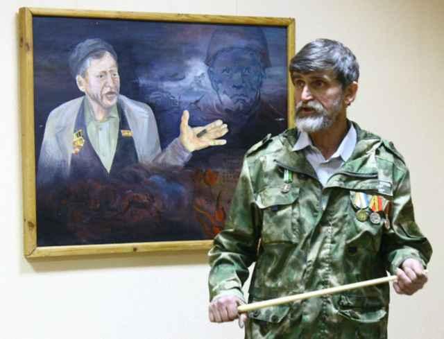 Николай Алексеев рассказывает о своих картинах и о том, что увидел и узнал в Мясном Бору в ходе поисковых экспедиций