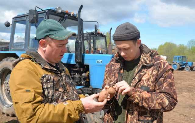 Алексей Колесников (справа) проходит практику в хозяйстве своего отца Михаила Николаевича — ведущего фермера области
