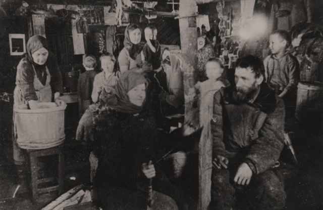 Жители д. Большие Березицы Уторгошского района, спасённые от угона на немецкую каторгу, в лесной землянке. (1943—1944 гг.).