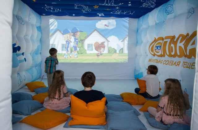 В мобильной пещере «Солька» дети смотрят мультики и дышат полезным воздухом.
