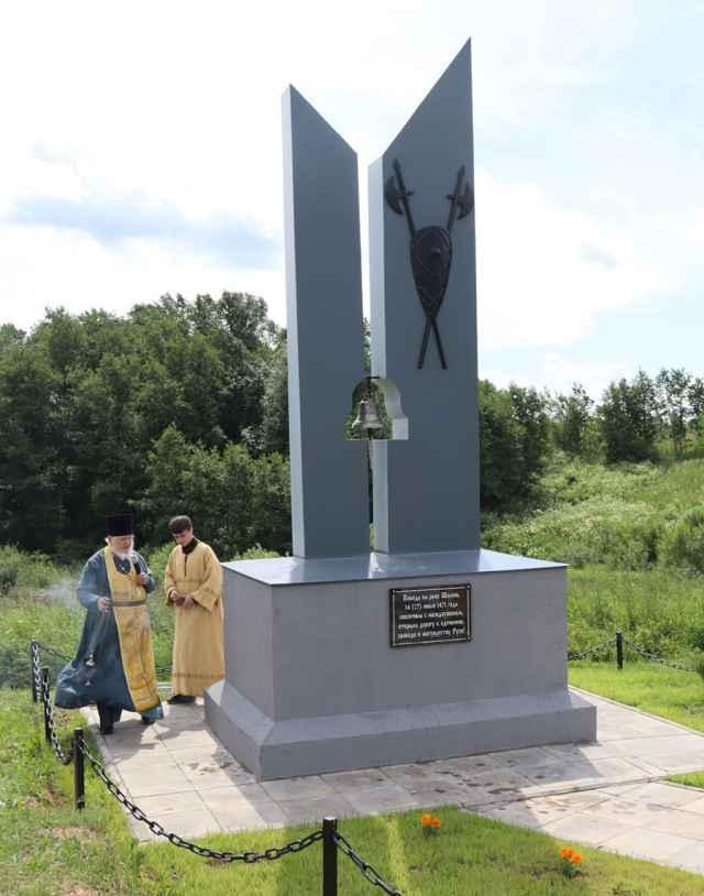 Текст на новом памятнике сообщает нам, что «Победа на реке Шелонь покончила с междоусобием, открыла дорогу к единению, свободе и могуществу Руси».