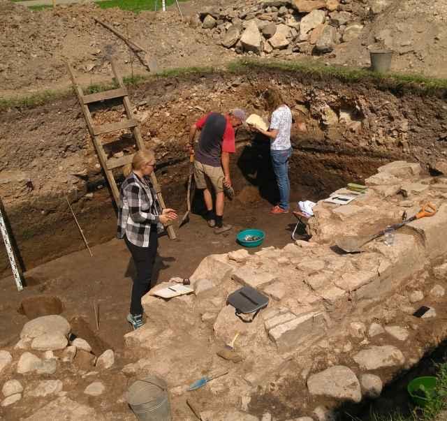 Сейчас археологи идут по следам прежних исследователей раскопа церкви Бориса и Глеба.