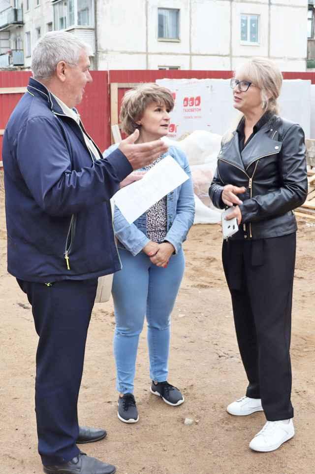 Ход работ инспектируют руководители муниципалитета и культуры.