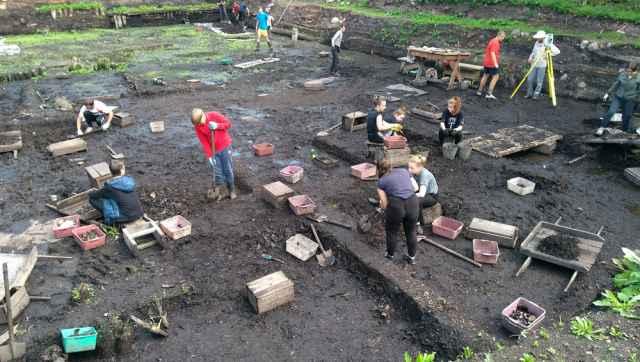 На Троицком раскопе в этом сезоне трудятся полсотни волонтёров.