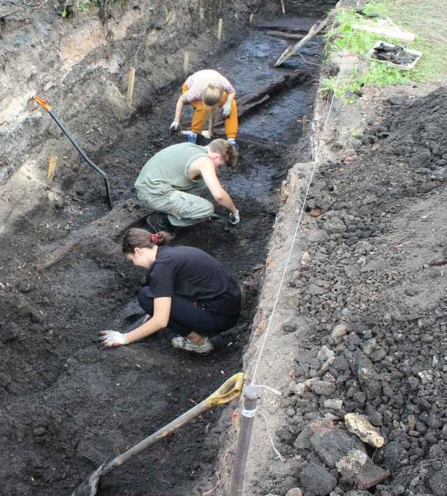 Археологическая разведка идёт на углу улиц Михайловой и Никольской. Учёные планируют заложить 10 траншей и шурфов, чтобы в будущем провести полномасштабные археологические изыскания.