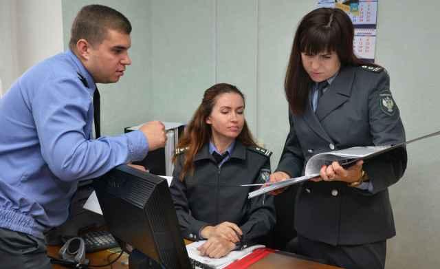 Александр Богославский, Надежда Мухина и Надежда Мельник перелопачивают горы документов, чтобы докопаться до истины.