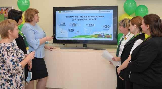 Управляющая операционным офисом Россельхозбанка Любовь Гуцалюк демонстрирует работу цифровой экосистемы.
