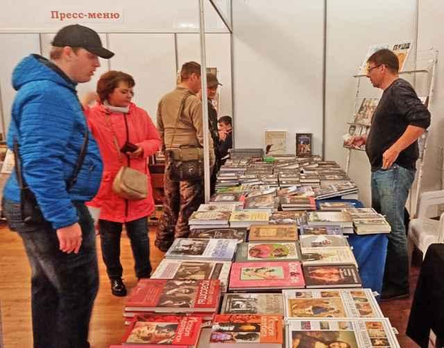 Книжная ярмарка была частью программы Дня города. Несмотря на то, что торговля литературой шла не на Ярославовом Дворище, основной праздничной площадке, а в кремле, посетителей хватало.