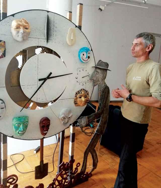 Денис Зинин: «На поле циферблата мы специально сделали прорезь, чтобы люди могли видеть работу часового механизма».
