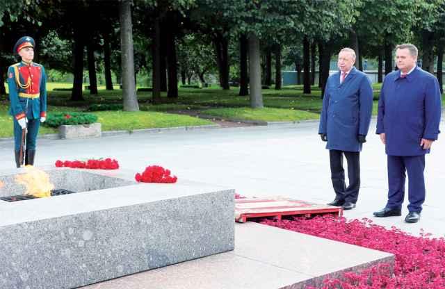 Александр Беглов и Андрей Никитин возложили цветы к Вечному огню.