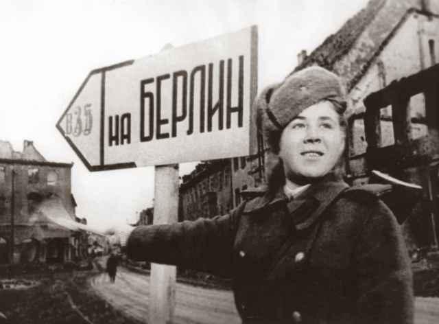 Военная регулировщица Татьяна Александрова. Апрель 1945 года.