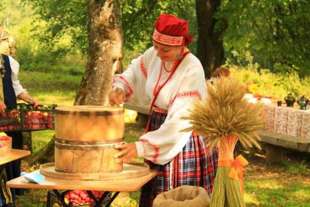 Ручные жернова — экспонат краеведческого музея.