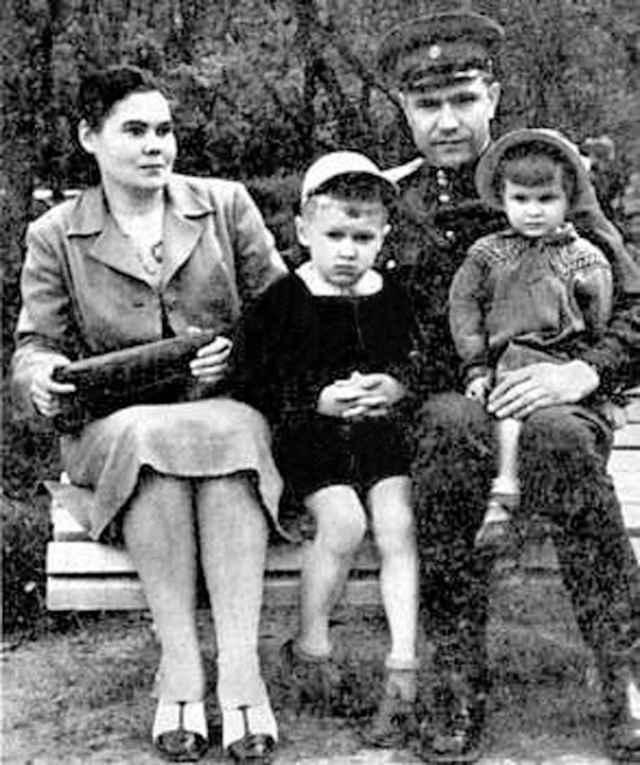 Дмитрий Тимофеевич Язов с супругой Екатериной Фёдоровной и детьми. 1955 год.