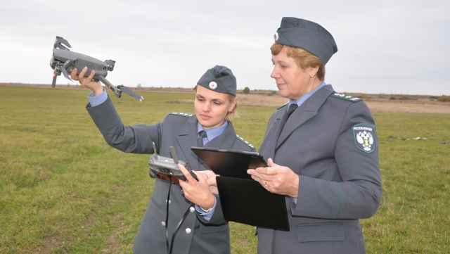 Инспекторы Анна Волкова и Нина Иванова шаг за шагом проверяют каждый клочок земли.
