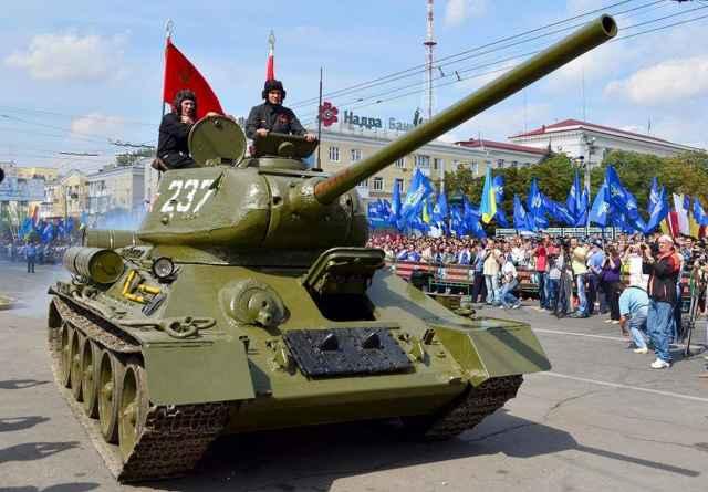 Т-34 стал главным украшением празднования 70-летия освобождения Луганской области в сентябре 2013 года.
