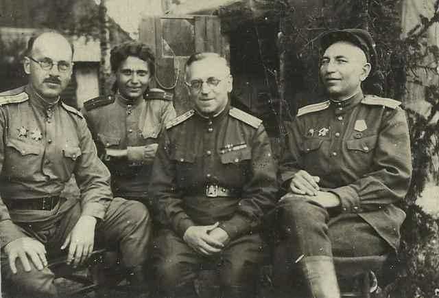 Михаил Григорьевич (слева) с Марией Александровной и сослуживцами. 1944 год.