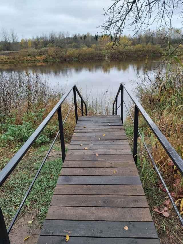 В октябре в музее «Славянская деревня X века» в Любытинском районе построили причал и лестницу.