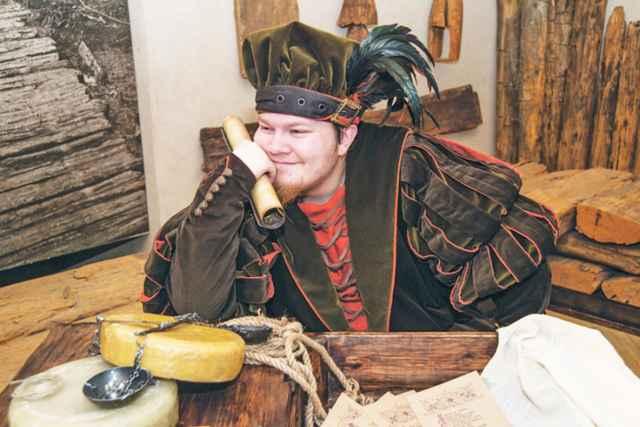 Купец Готтлоб знает всё о новгородской средневековой музыке.