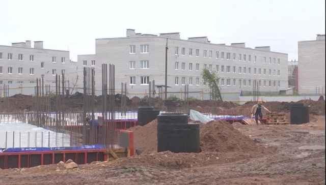 Подрядчик не останавливает работы — бригада работает семь дней в неделю. На текущий момент строители закончили укладывать подвальное помещение и цокольный этаж, появились очертания первого этажа.