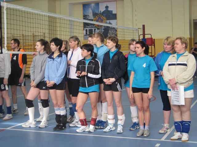 Поддорские любители волейбола играют в спортзале местной школы. Он, по словам Натальи Сиговой (крайняя справа), очень маленький. И потому, по её мнению, Поддорью необходим ФОК.