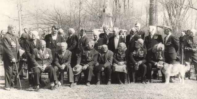 Как праздновали День Победы сами ветераны, сохранил этот снимок из архива Красноборского ДК.