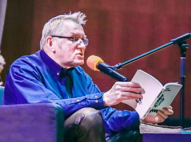 Олег Гаркуша не только говорил, но и читал собственные стихи. То и другое делал с большим удовольствием.