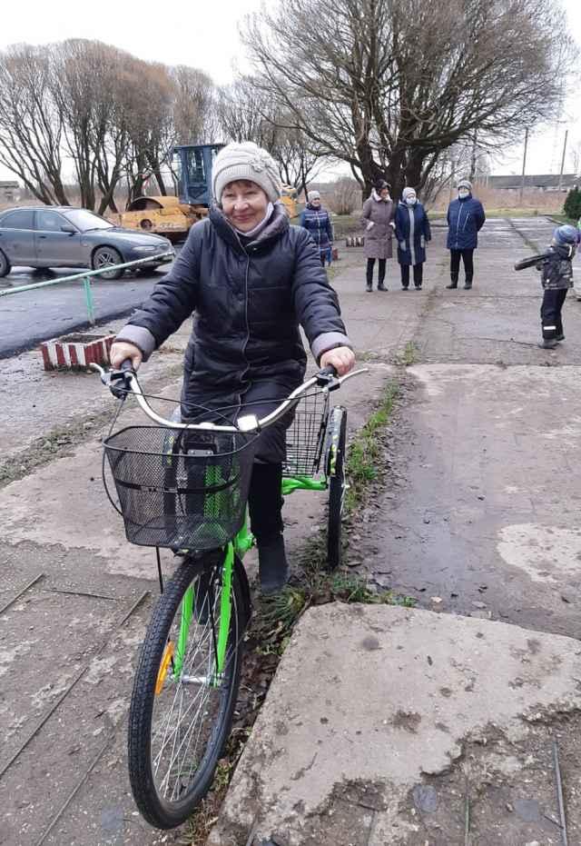 Одной из первых, кто испытал велосипед, стала председатель лесновского Совета ветеранов.