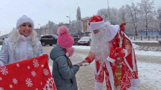 Получить поздравление от Деда Мороза и Снегурочки на улице — в год пандемии один из наиболее безопасных способов.