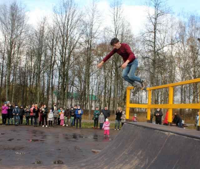 Рампу для скейтбордистов в городском парке Чудова сделал местный мастер Владимир Шкаликов.
