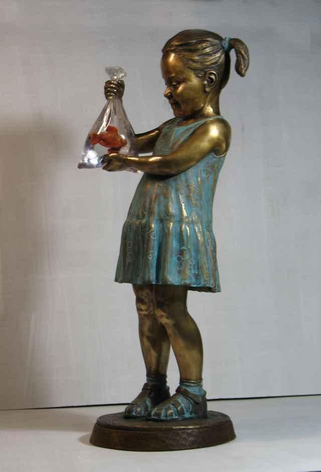 Ни мастер, ни новые обладатели скульптуры не решились самостоятельно придумать для неё имя. А вот горожане наверняка смогут. Особенно если в перспективе Девочка с золотой рыбкой впишется в городской пейзаж.