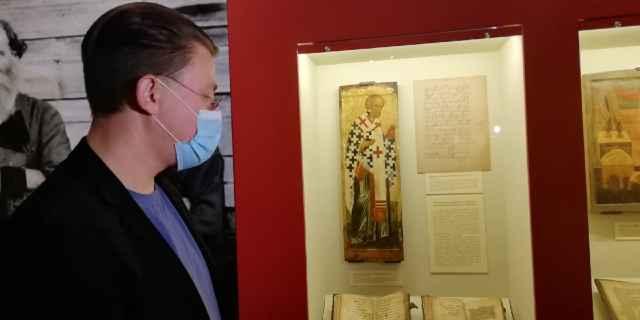 Среди уникальных предметов экспозиции — икона Николая Чудотворца XV века. До 70-х годов прошлого века она хранилась в одной старообрядческой семье из Крестец, а потом была передана музею.