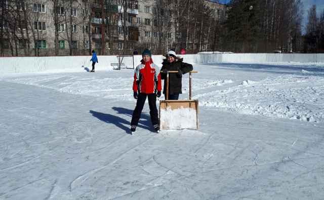 На этом катке заведено, что за порядком следят и чистят лёд в том числе и сами катающиеся.