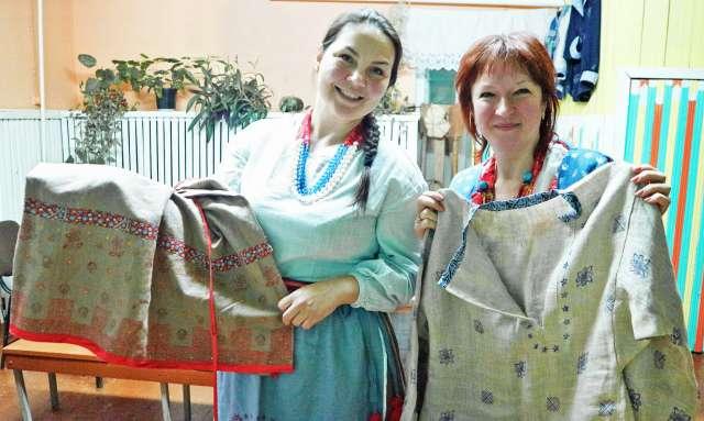 Ольга Васильева (слева) и Анжелика Панара демонстрируют декорированные верховой набойкой элементы народного костюма.