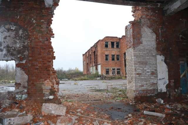 Согласно Правилам благоустройства «повреждения отделки фасадов зданий не должны превышать более 1% общей площади». Но это в Правилах. А на деле стекольный завод теперь выглядит так.