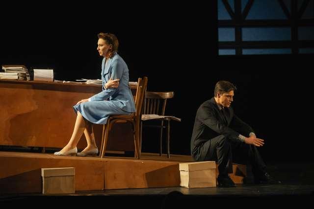 На фоне суровых событий развиваются романтические отношения Ирины и Дениса из французской и советской дипмиссий.