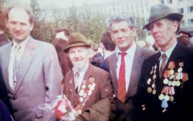 На площади Победы 9 мая 1998 г. с преподавателями и ветеранами университета.