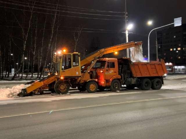 Часто подрядчикам убирать городские дороги от снега мешают припаркованные автомобили. При этом далеко не везде заранее устанавливаются соответствующие знаки.