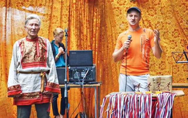 День посёлка Большая Вишера. Награждение участников традиционного легкоатлетического забега, среди которых был и Георгий Пресман (на снимке слева).