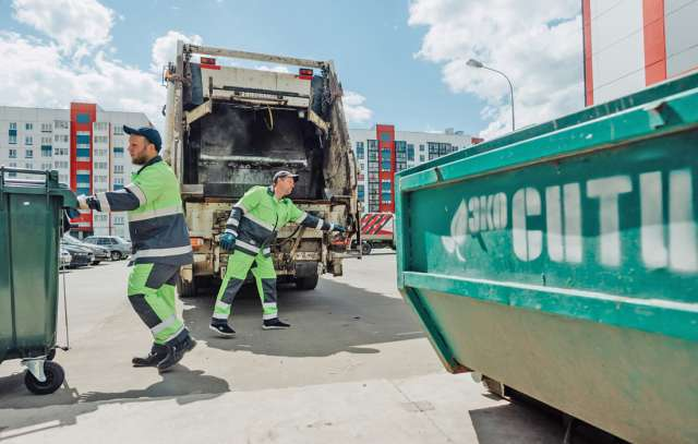 Вывоз отходов — коммунальная услуга. Обязанность по оплате за её оказание такая же, как и за снабжение холодной и горячей водой, электроэнергией, газом,  отопление и канализацию.