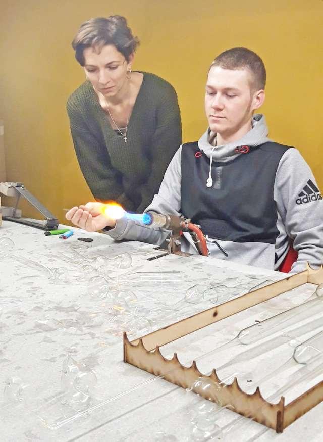 Превращение стеклянной заготовки в изящную форму — завораживающий процесс.