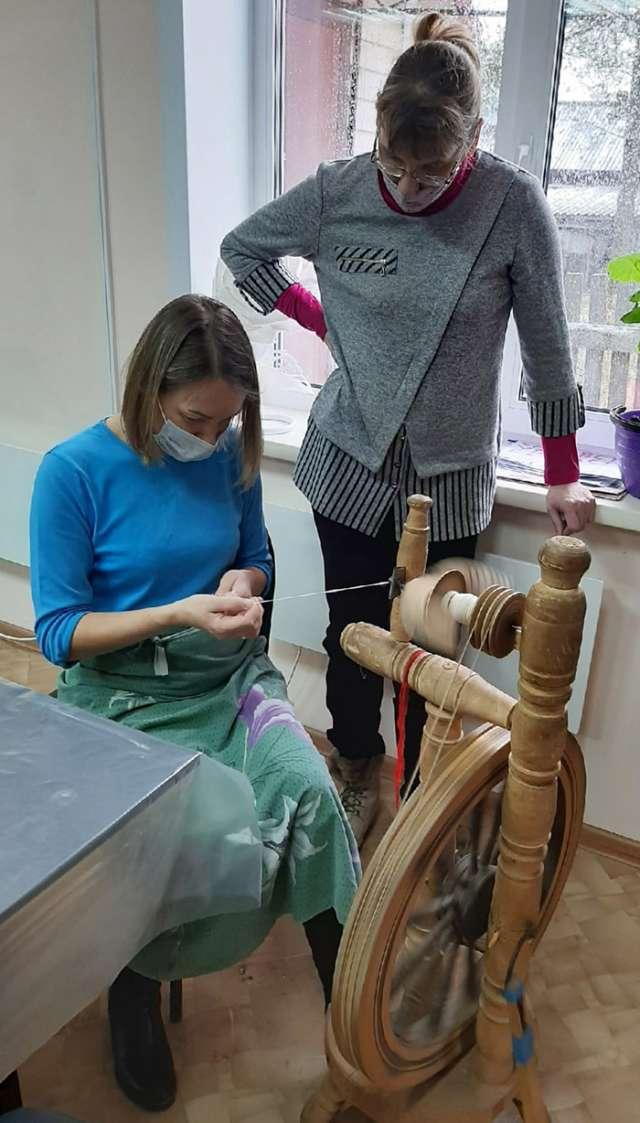 На занятии по прядению у мастера Татьяны Кузнецовой (справа).